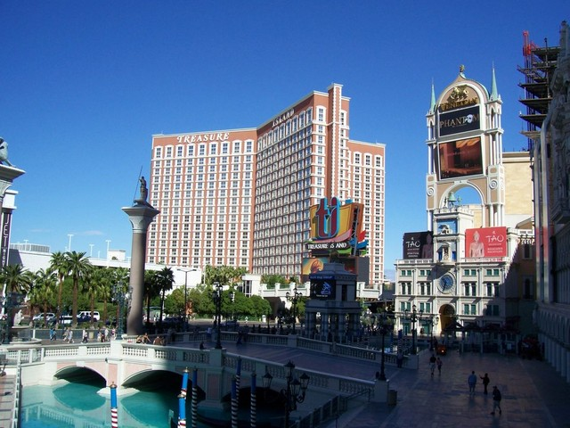 Frog Island Sam's Photo Gallery :: Las Vegas Trip 2010 :: Treasure ...